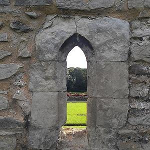 Abadía de Lesnes: la furia de Enrique la dejó así (por los suelos)