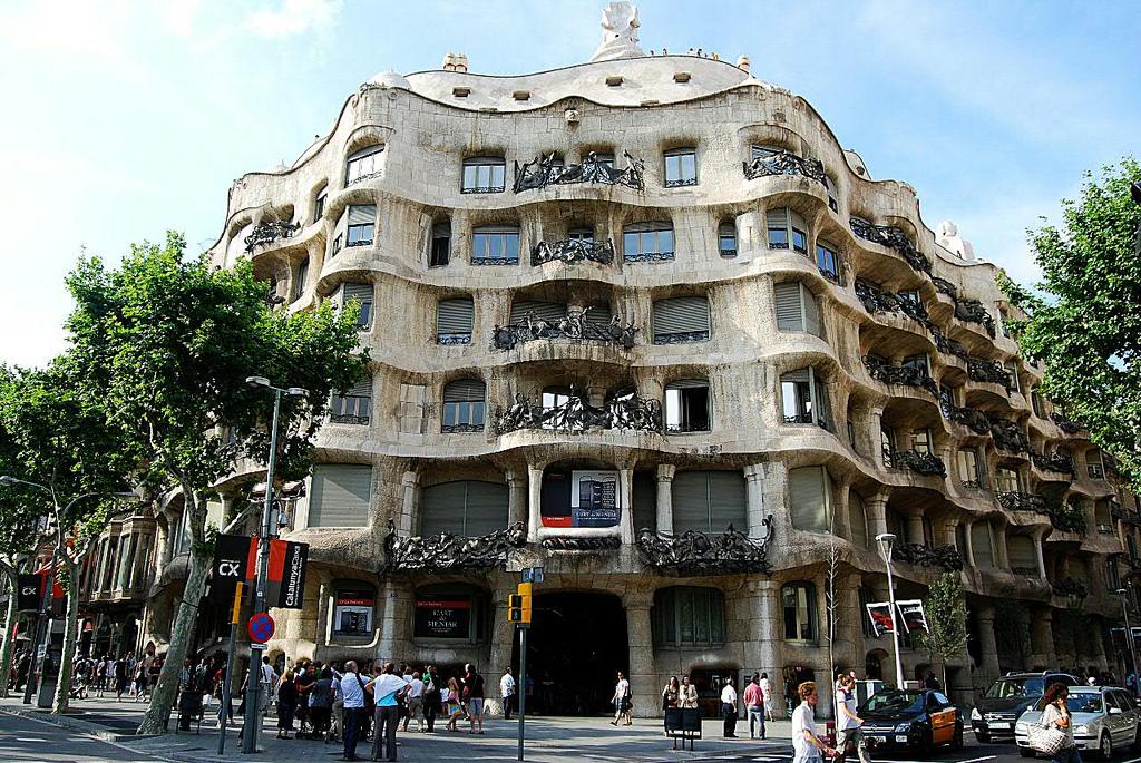 La Casa Milá y su fachada principal, la del chaflán.