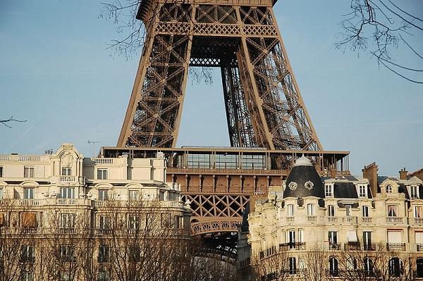 Los primeros niveles de la Torre Eiffel entre los tejados parisinos.