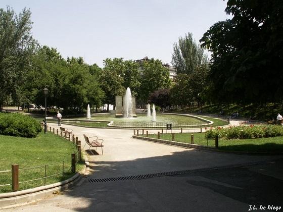 Monumento del Muro de Berlín en el Parque de Berlín Wikipedia Commons entrada del Parque de Berlín J Romero Foto grande