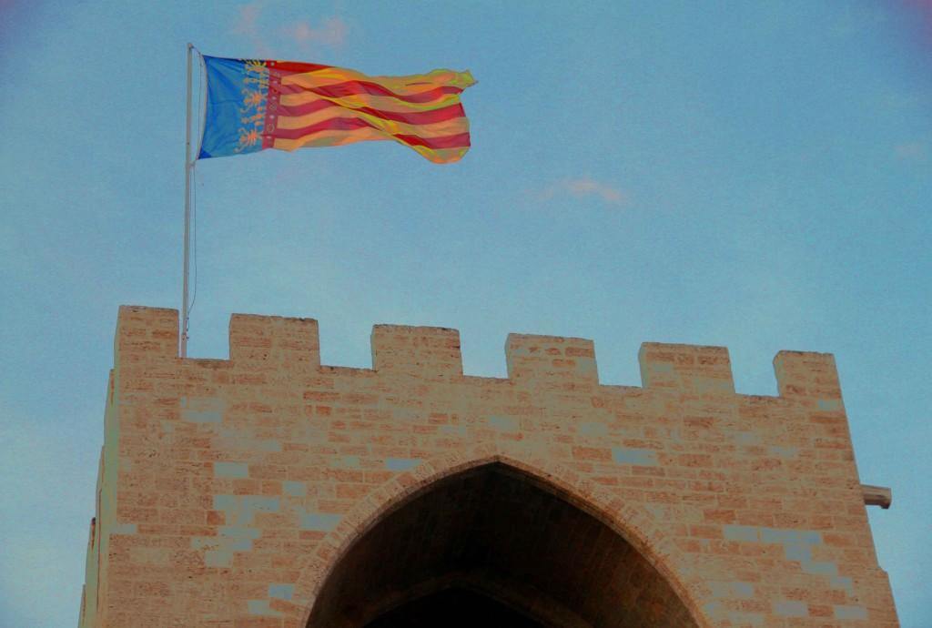 Bandera de la Comunitat Valenciana en la Torre de Serranos © CostaFotografo.es