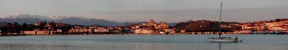 San Vicente de la Barquera con los Picos de Europa a su espalda.