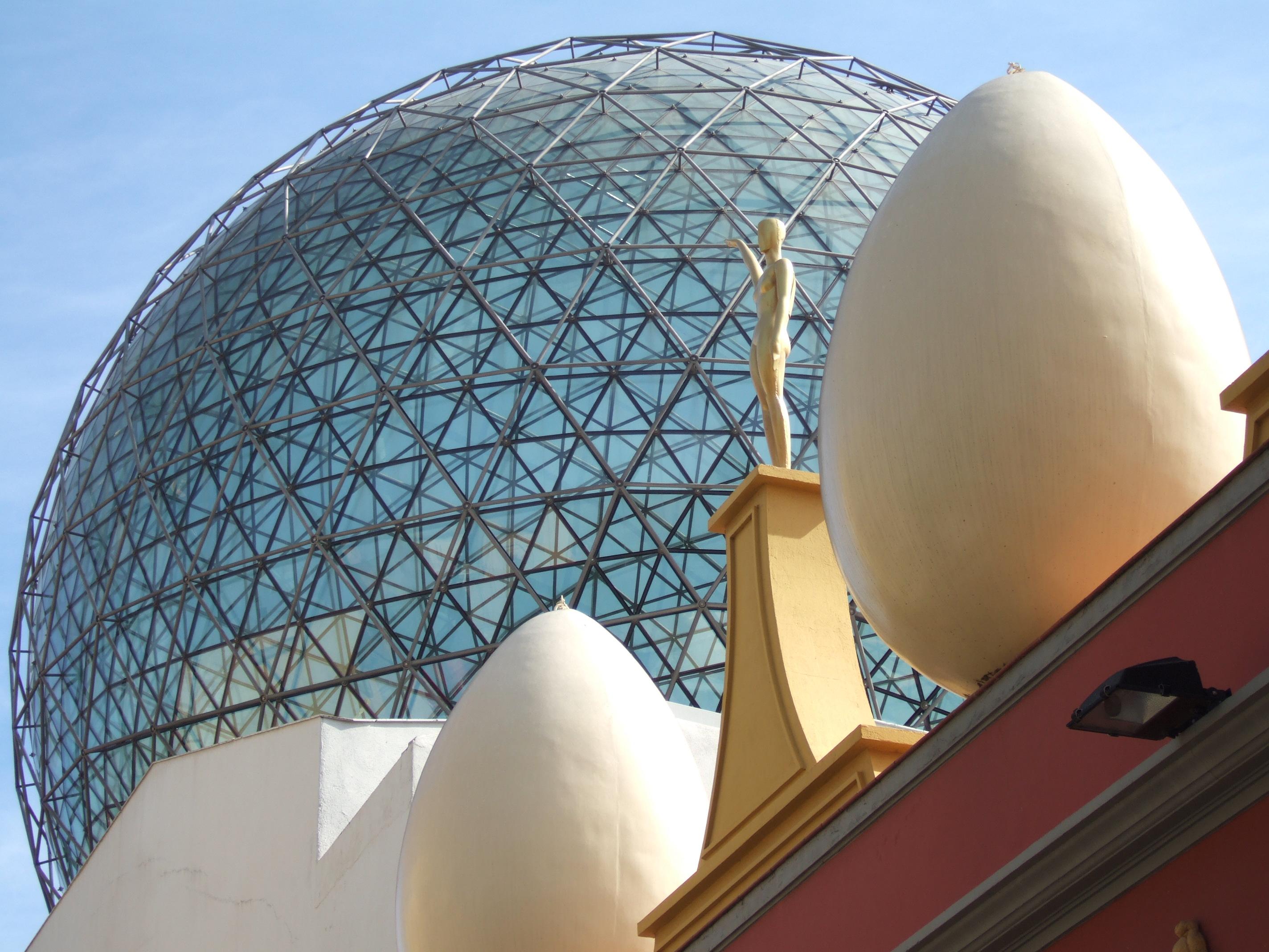 Vista_de_la_cúpula_del_Teatre-Museu_Dalí_amb_els_ous_gegant_i_els_maniquís_pintats
