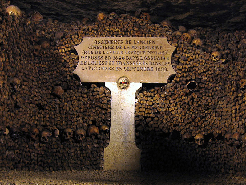 799px-Catacombes_de_Paris_edit
