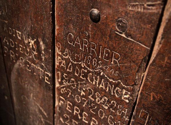 Mensajes de prisioneros en las puertas de sus celdas.