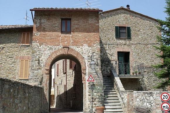 Porta Perugina, en Paciano.