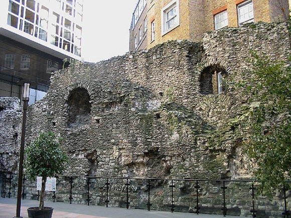 Muralla romana en Tower Hill Station.