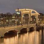 Magere Brug de Amsterdam Wikipedia Commons by Roman Schmitz