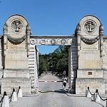Entrada del Cementerio Wikpedia Commons by Coyau