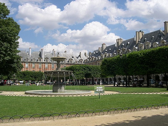Place des Vosges Wikipedia Commons by AINo