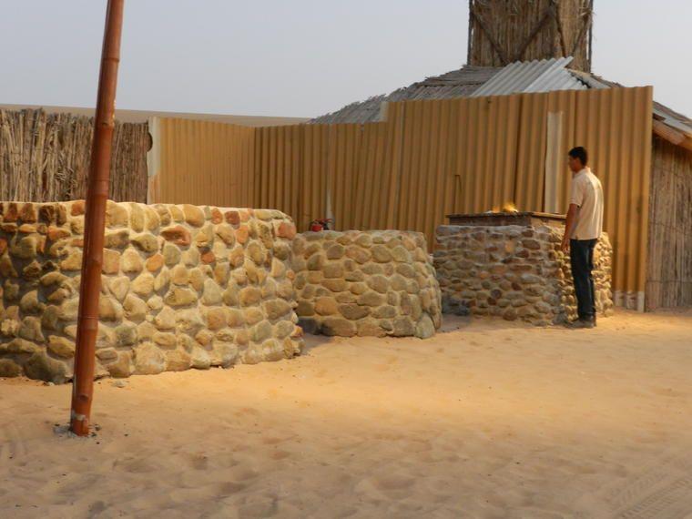 Safari por el desierto de dunas rojas en Dubái con cena, espectáculos y paseo en camello en el campamento majlis